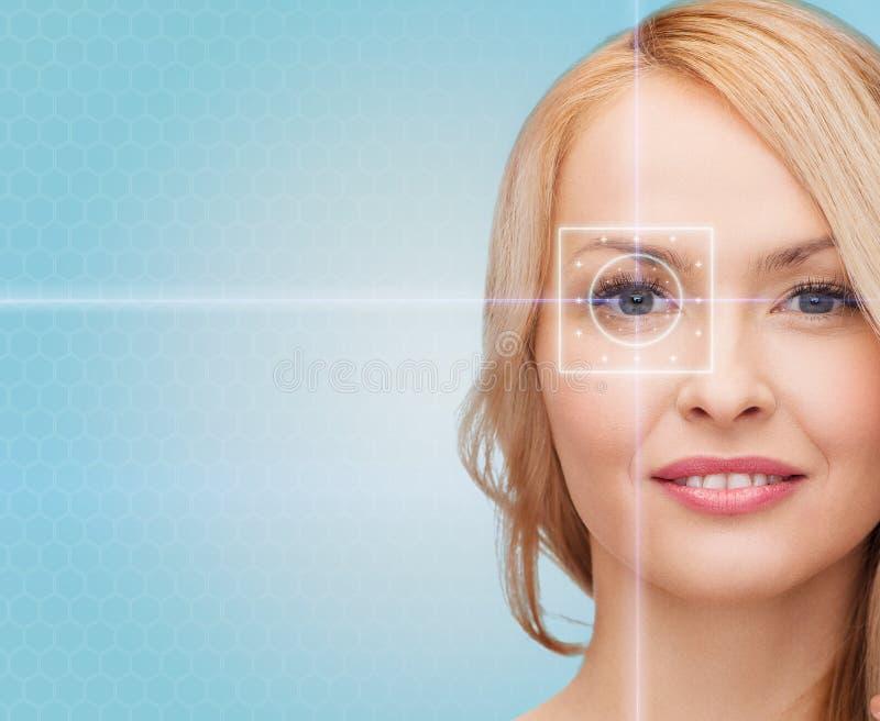 Belle jeune femme avec des lignes de lumière laser images libres de droits
