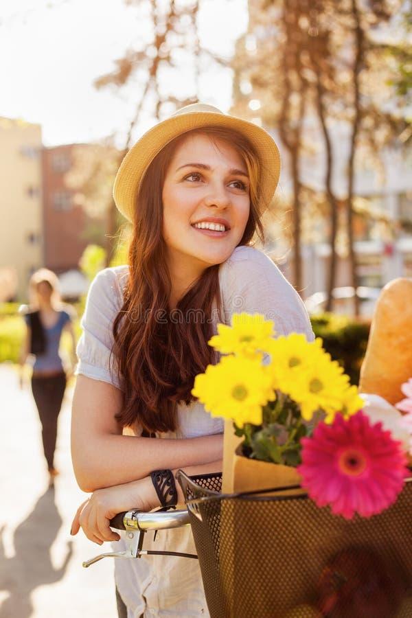 Belle jeune femme avec la bicyclette photographie stock libre de droits