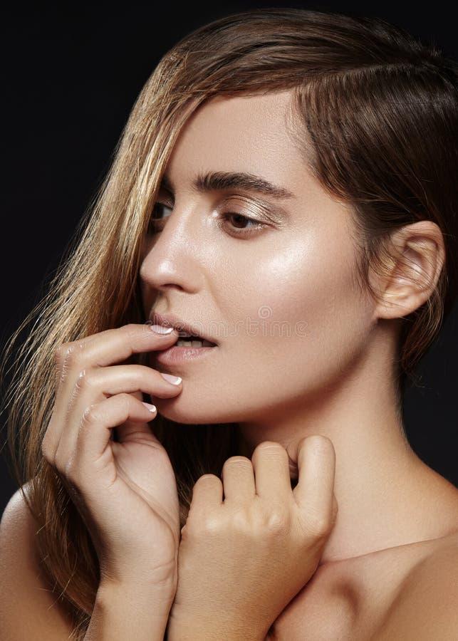 Belle jeune femme avec la coiffure de volume Modèle de brune de beauté avec la peau propre, maquillage de mode de charme photo stock