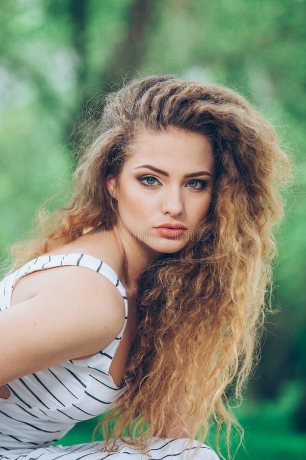 Belle jeune femme avec la foire bouclée magnifique photo stock