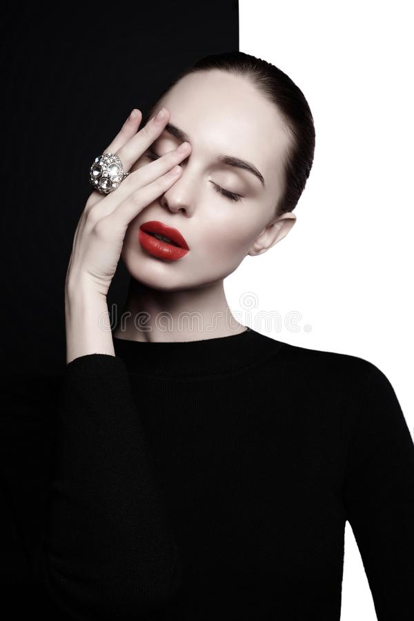 Belle jeune femme avec la grande pose d'anneau dans le studio photos stock