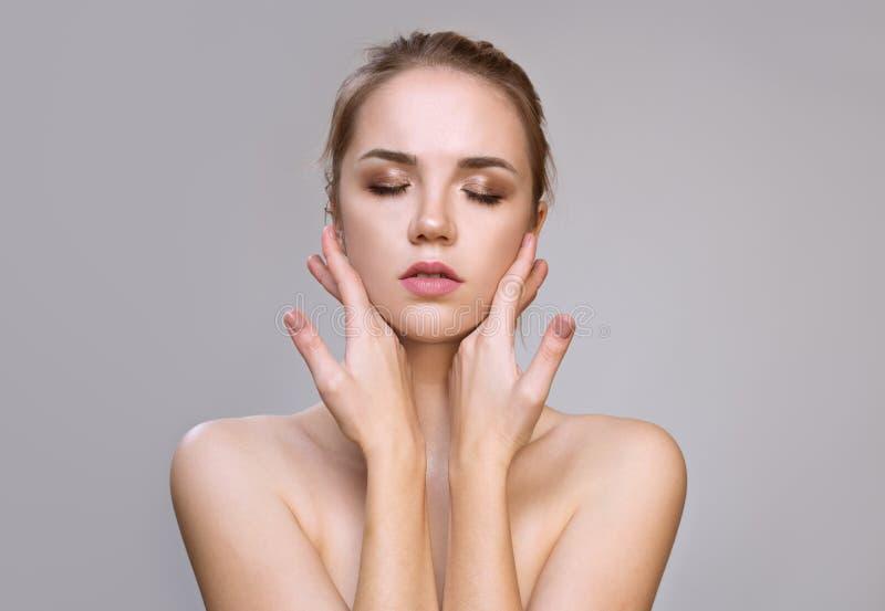 Belle jeune femme avec la peau fraîche propre Traitement facial image libre de droits