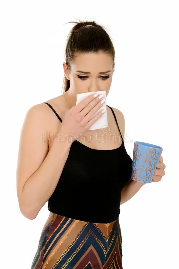 Belle jeune femme avec la tasse et le tissu de participation de queue de poney, ayant la grippe image stock