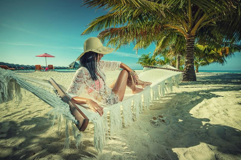 Belle jeune femme avec le chapeau sur la plage blanche, beau paysage avec la femme en Maldives, paradis tropical images libres de droits
