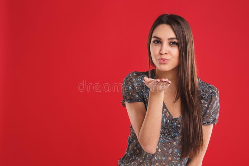 Belle jeune femme avec le geste de baiser Portrait d'une fille de flirt Femelle avec émotion positive photos stock