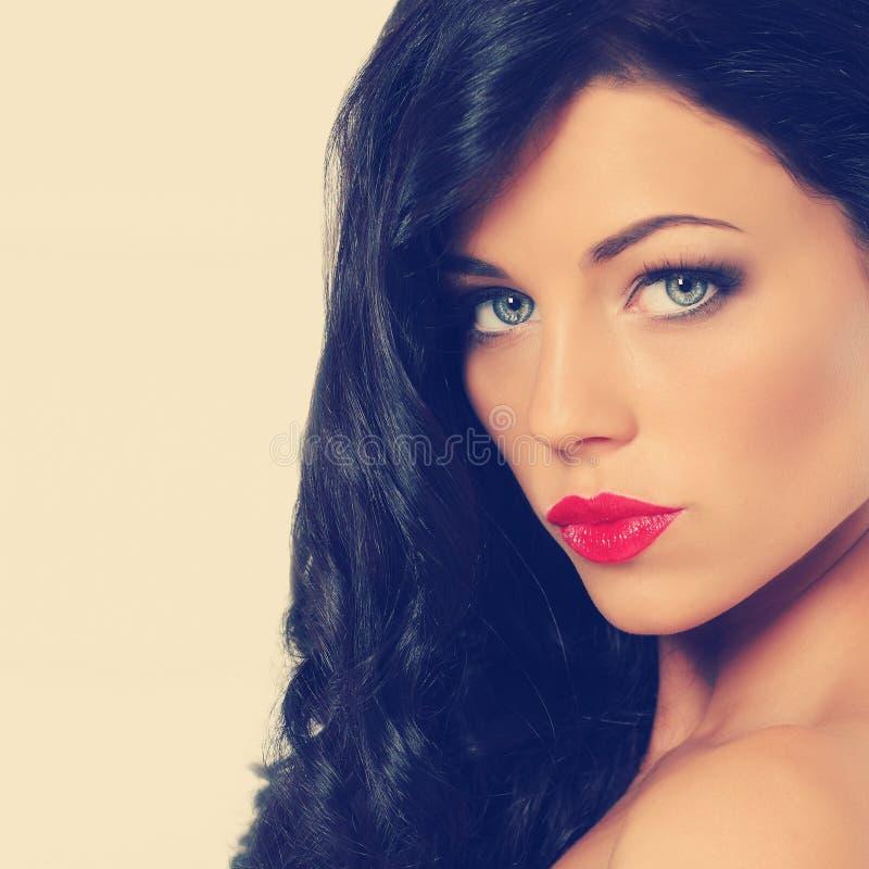 Belle jeune femme avec le long cheveu brun image stock