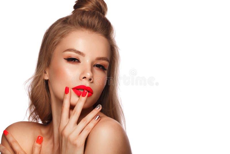 Belle jeune femme avec le maquillage lumineux et les clous roses au néon Visage de beaut? Photo rentr?e le studio photos libres de droits