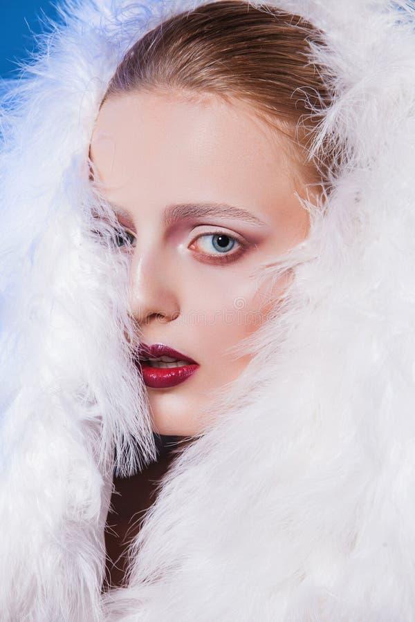 Belle jeune femme avec le maquillage théâtral photos libres de droits
