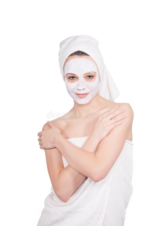 Belle jeune femme avec le masque facial dans la station thermale image stock