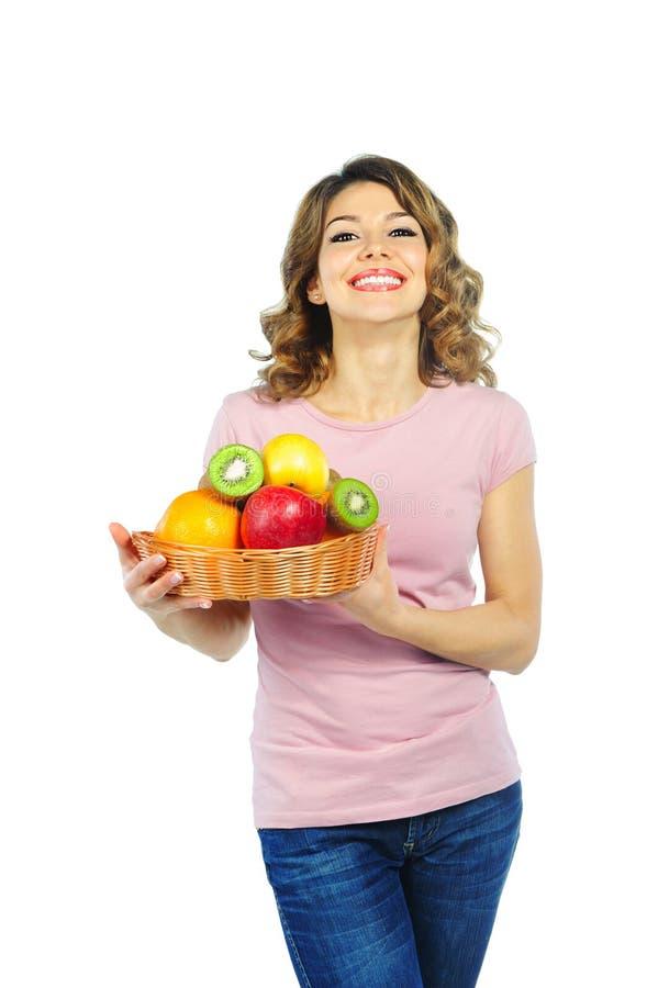 Belle jeune femme avec le panier du fruit images libres de droits