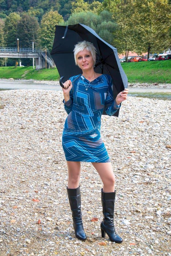 Belle jeune femme avec le parapluie photo stock