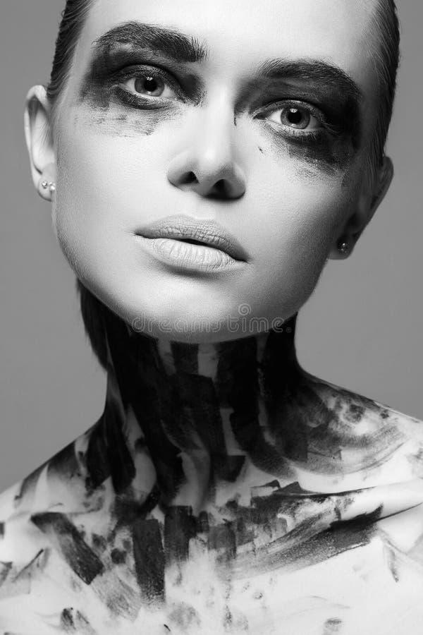 Belle jeune femme avec le visage de peinture  images libres de droits