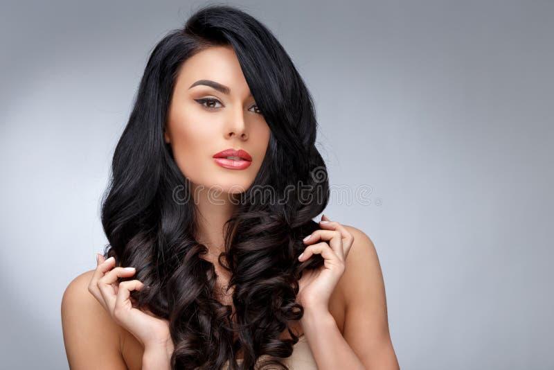 Belle jeune femme avec les cheveux bouclés sains propres photos libres de droits