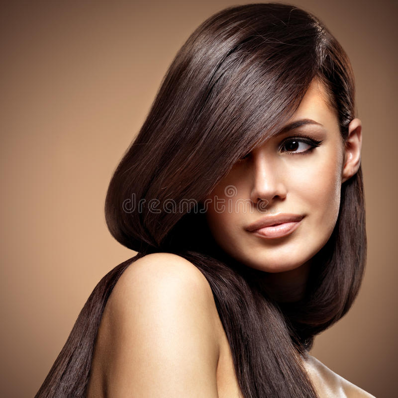Belle jeune femme avec les cheveux bruns longtemps droits photographie stock libre de droits