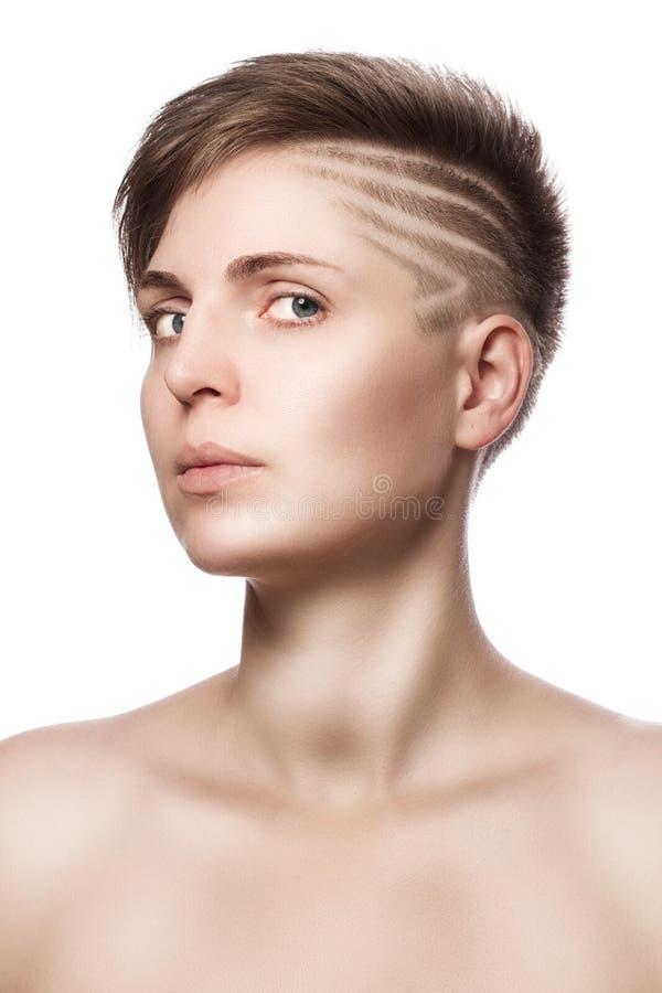 belle jeune femme avec les cheveux courts modernes photo stock image 63297626. Black Bedroom Furniture Sets. Home Design Ideas