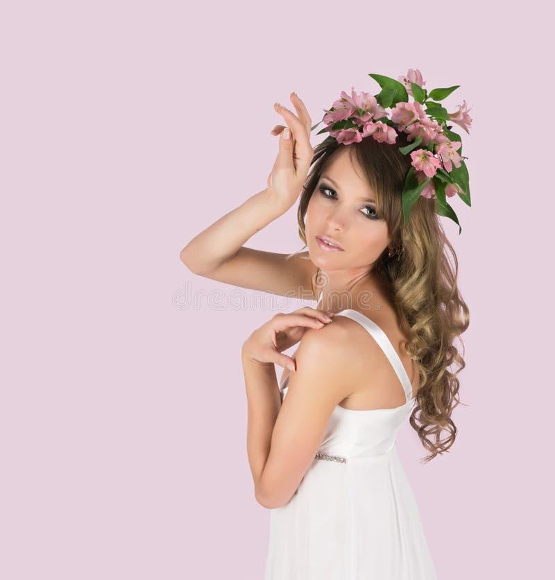 Belle jeune femme avec les fleurs sensibles images libres de droits