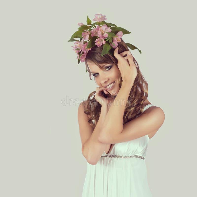 Belle jeune femme avec les fleurs sensibles photos libres de droits