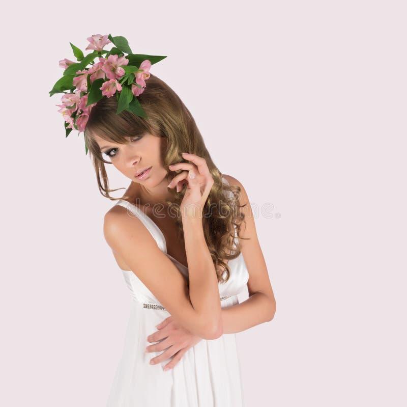 Belle jeune femme avec les fleurs sensibles i photos libres de droits