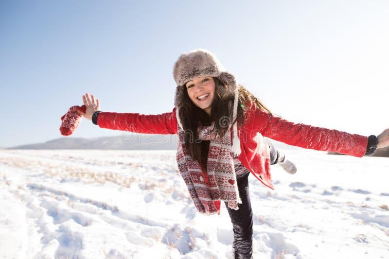 Belle jeune femme, ayant l'amusement dans la neige photos libres de droits