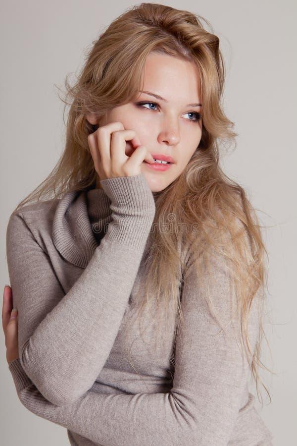 Belle jeune femme blonde image stock