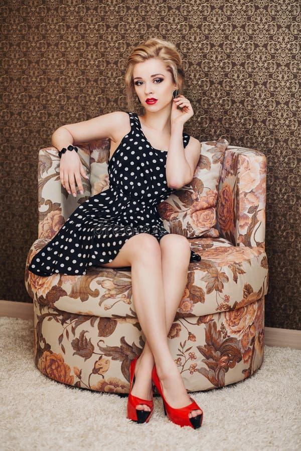 Belle jeune femme blonde avec de longs cheveux dans a images stock
