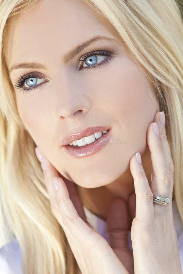 Belle jeune femme blonde avec des œil bleu images stock