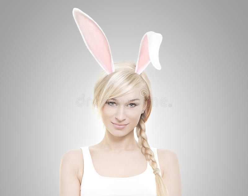 Belle jeune femme blonde comme lapin de Pâques photos libres de droits