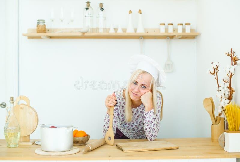 Belle jeune femme blonde dans la cuisine image libre de droits