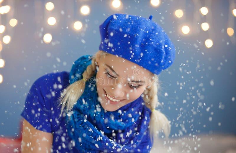 Belle jeune femme blonde dans la neige images stock