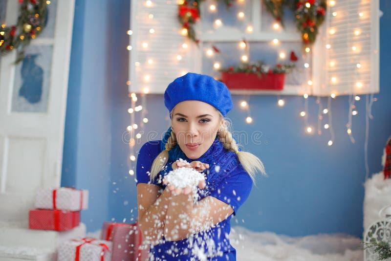 Belle jeune femme blonde dans la neige photo libre de droits