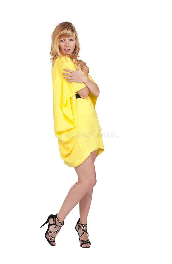 Belle jeune femme blonde dans la robe jaune photo libre de droits