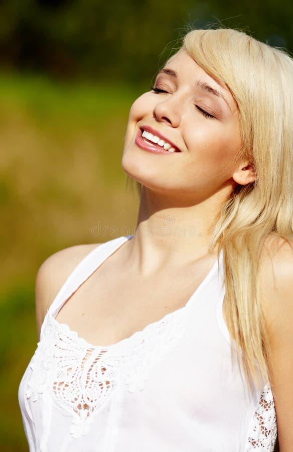 Belle jeune femme blonde dans le chemisier blanc image libre de droits