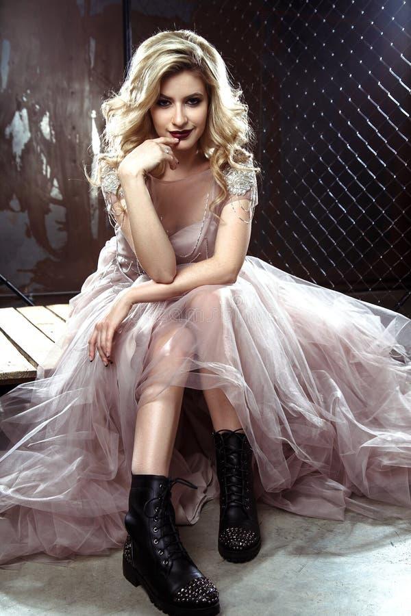 Belle jeune femme blonde de jeune mariée dans la robe de mariage de couleur Style de roche photos libres de droits