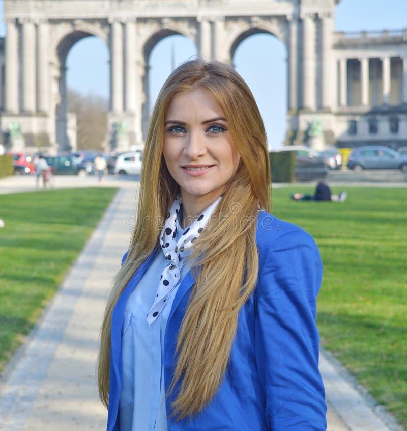 Belle jeune femme blonde dehors, souriant images libres de droits