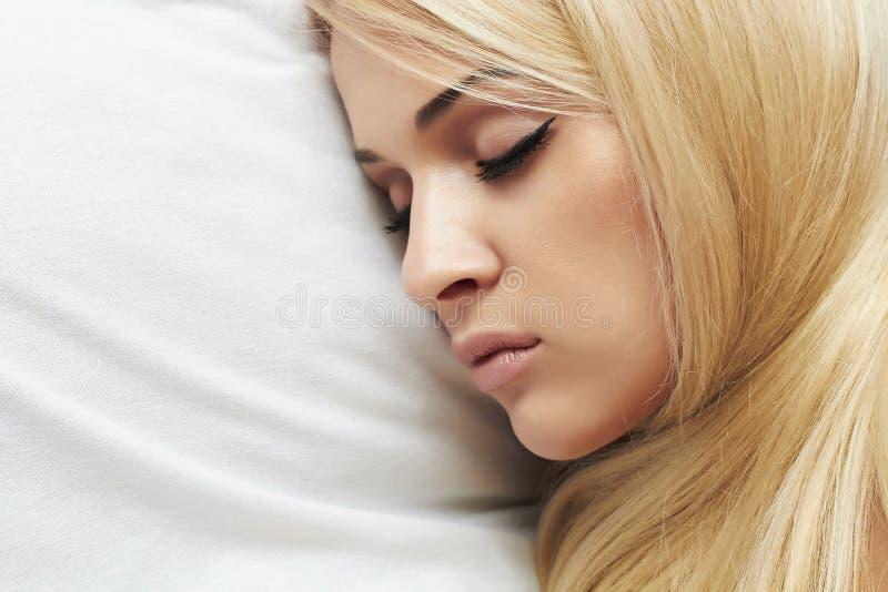 Belle jeune femme blonde dormant sur le bed.girl photographie stock