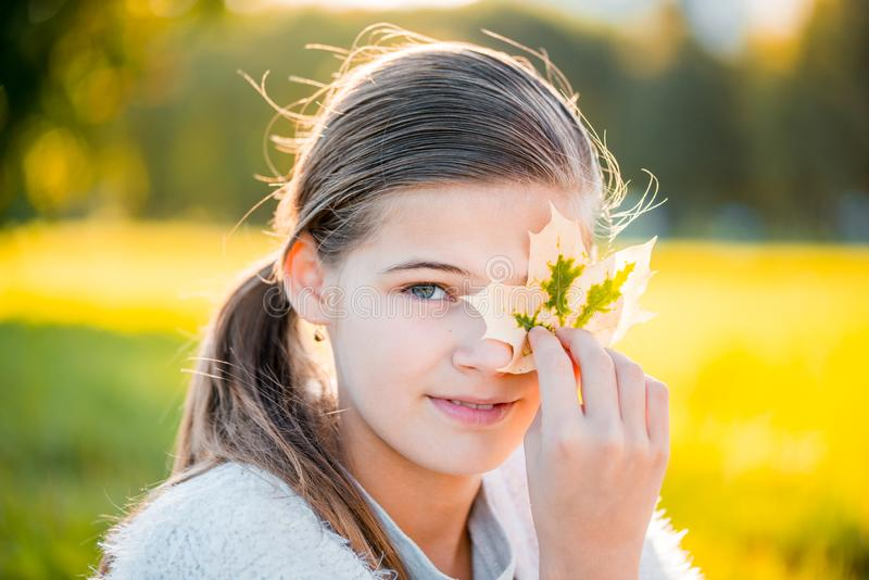 Belle jeune femme blonde - portrait coloré d'automne images stock