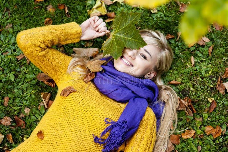 Belle jeune femme blonde - portrait d'automne photos stock
