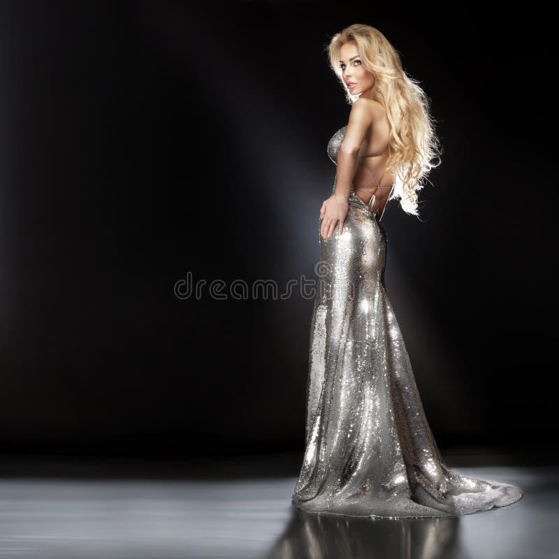 Façonnez l'image du scintillement de port de belle jeune femme blonde photos stock