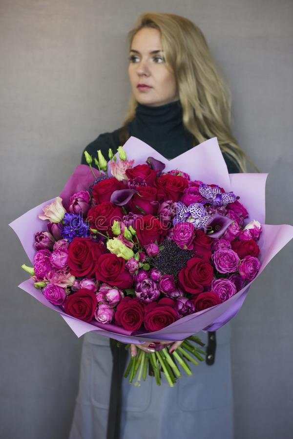 Belle jeune femme blonde se tenant dans le grand bouquet de mains photo libre de droits