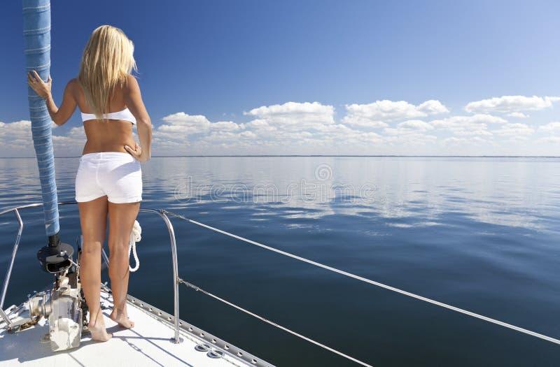 Belle jeune femme blonde sur un bateau à voile images stock