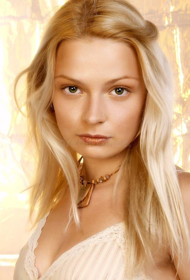Belle jeune femme blonde. Verticale. images libres de droits