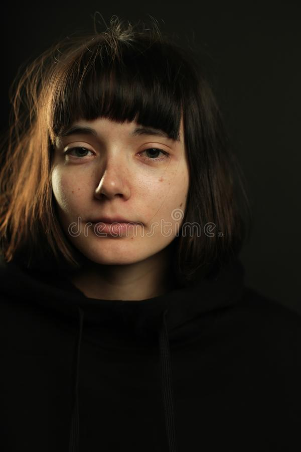 Belle jeune femme calme dans le noir photographie stock libre de droits