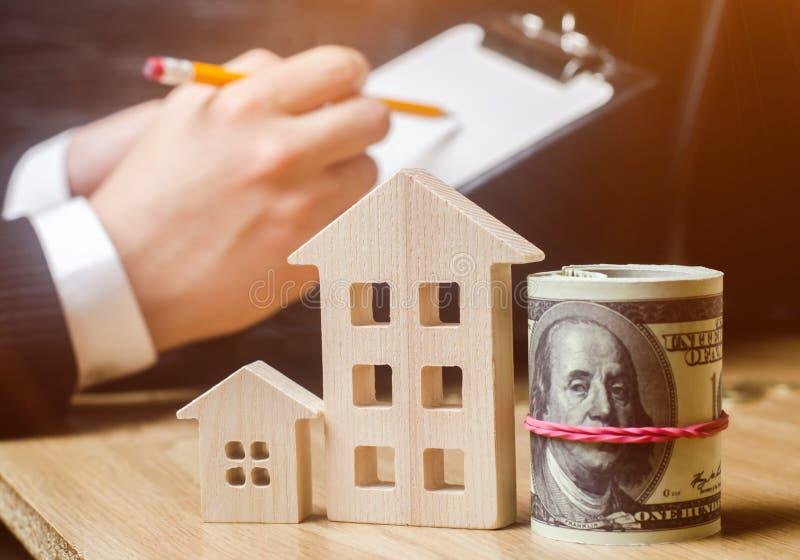 Belle jeune femme caucasienne Évaluation de propriété Achetant et vendant une maison, appartement Loyer à la maison Boîtier acces photographie stock