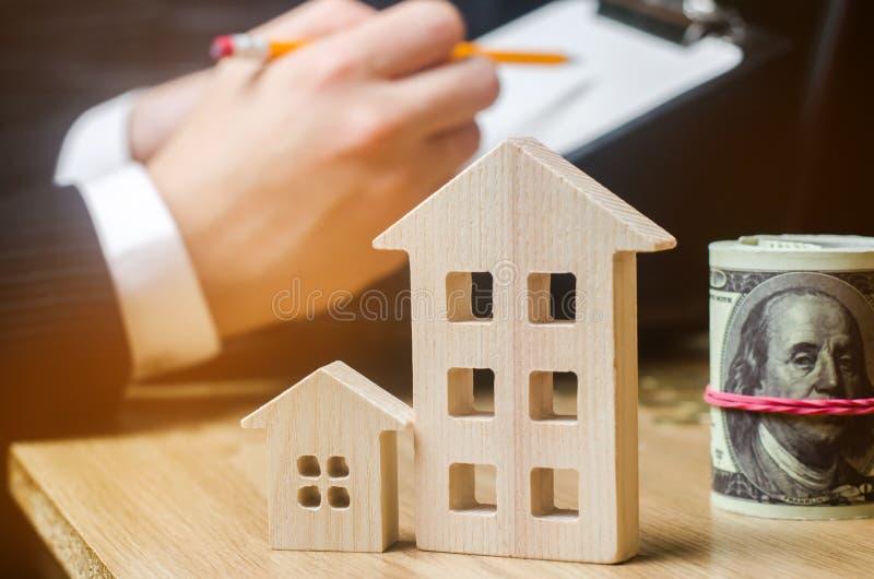 Belle jeune femme caucasienne Évaluation de propriété Achetant et vendant une maison, appartement Loyer à la maison Boîtier acces photographie stock libre de droits