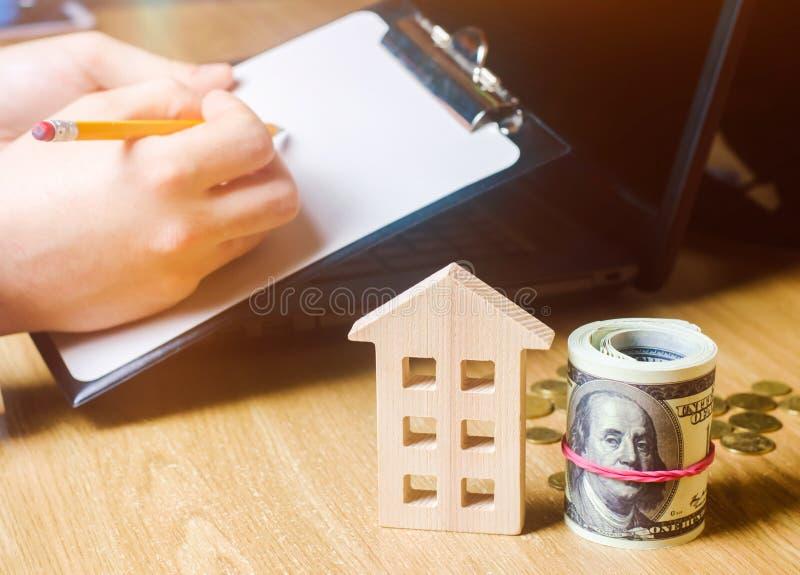 Belle jeune femme caucasienne Évaluation de propriété Achetant et vendant une maison, appartement Loyer à la maison Boîtier acces images stock