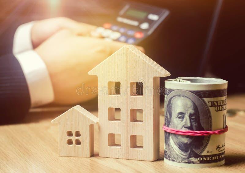 Belle jeune femme caucasienne Évaluation de propriété Achetant et vendant une maison, appartement Loyer à la maison Boîtier acces photo libre de droits
