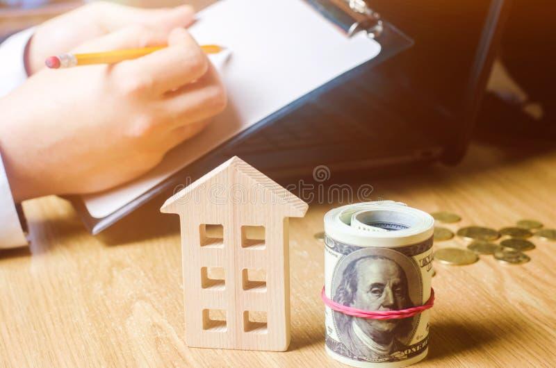 Belle jeune femme caucasienne Évaluation de propriété Achetant et vendant une maison, appartement Loyer à la maison Boîtier acces image stock