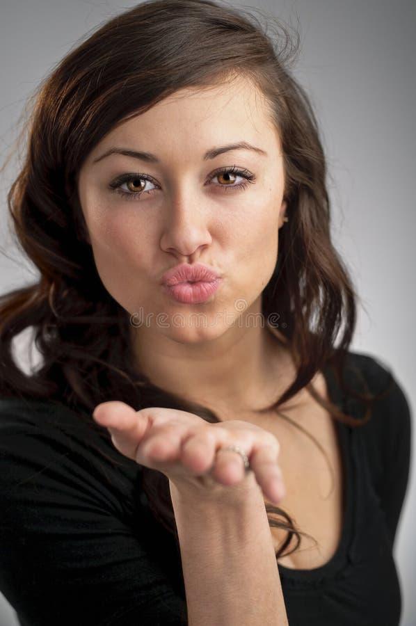 Belle jeune femme caucasienne soufflant un baiser image libre de droits