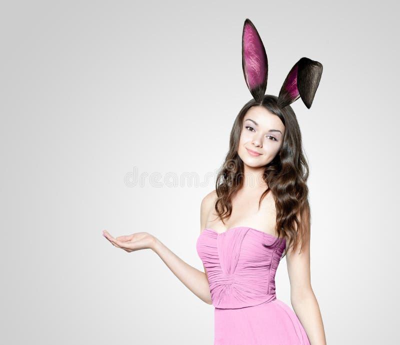 Belle jeune femme comme lapin de Pâques photographie stock libre de droits