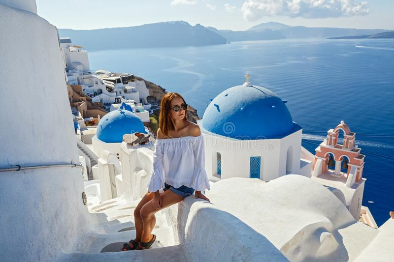 Belle jeune femme contre Santorini image libre de droits